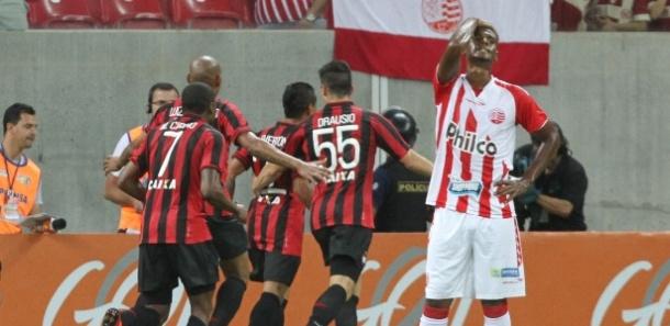 jogadores-do-atletico-pr-comemoram-gol-marcado-na-partida-contra-o-nautico-pelo-brasileirao-1377991084645_615x300